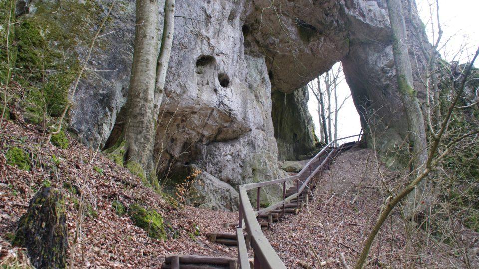 Kamenná brána Zkaměnělého zámku kdysi možná vypouštěla vodu z přírodní přehrady nad tímto ostrohem