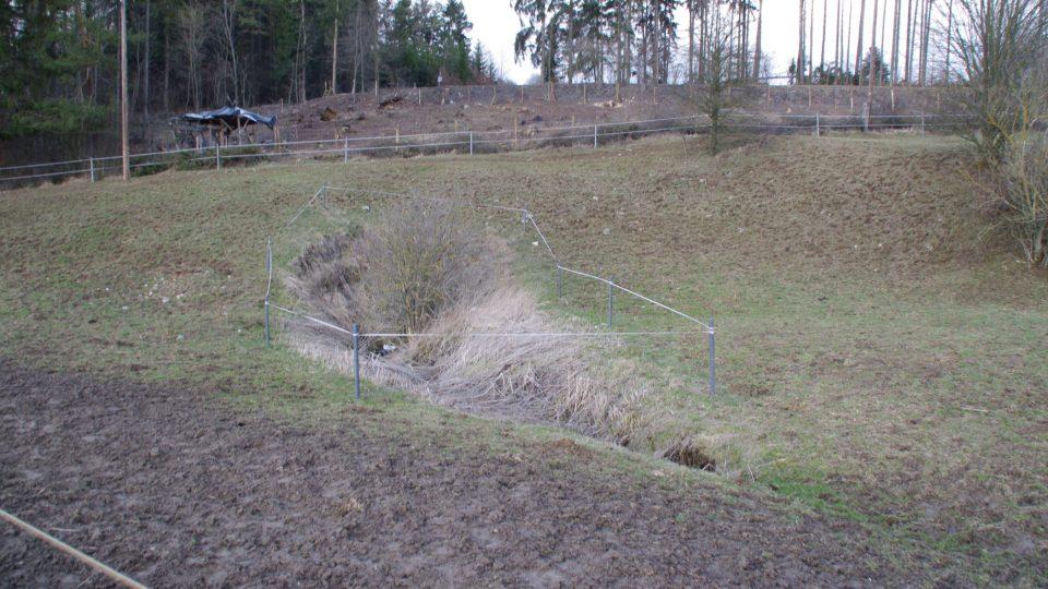 Voda z ponikevského potoka, které se nepropadne pod zem cestou po loukách pod vesnicí, nakonec vteče pod zem závrzem U koní