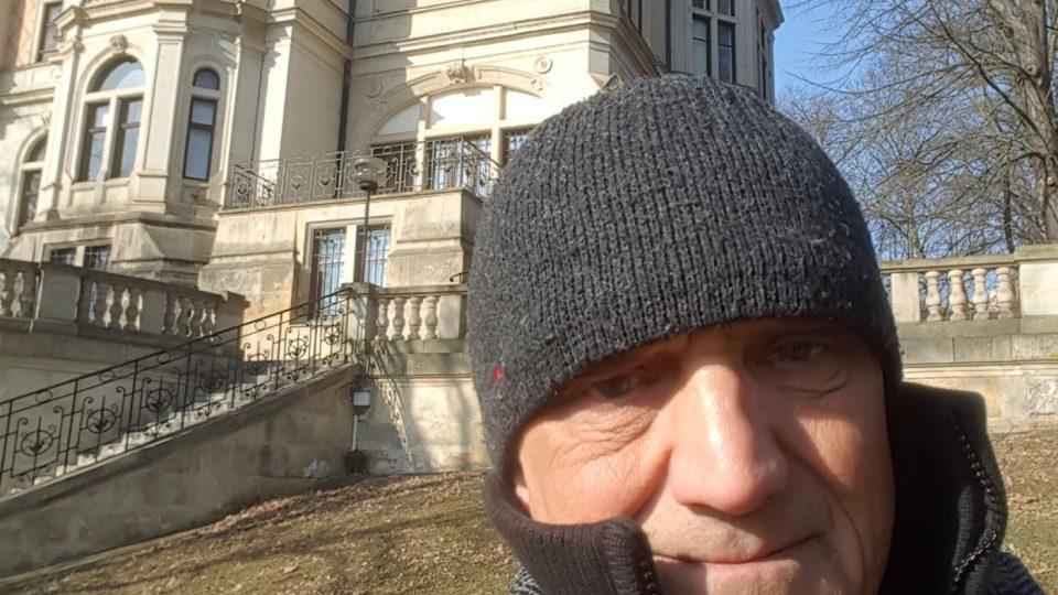 David Vávra na selfie před budovou Českého rozhlasu Ústí n. Labem (Vysočina)