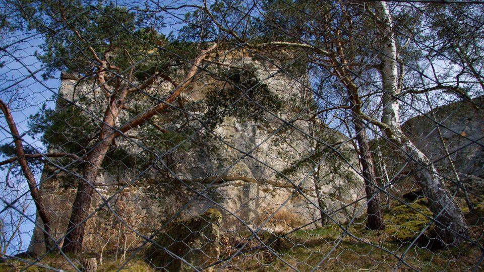 Domy v podhradí chrání bariéra z lan a pletiva