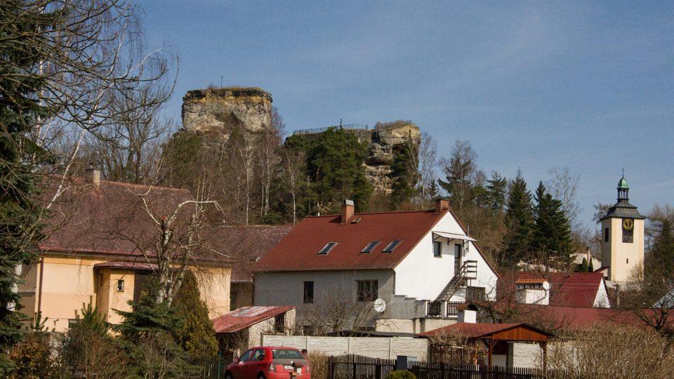 Hrad stál původně obklopen močály, dnes je obklopen domy