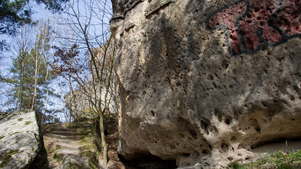 Zřícené skalní převisy zústávají v okolí hradu
