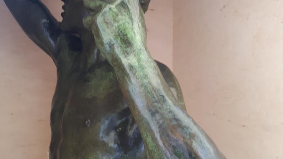 Horní část sochy před vyjmutím z bedny