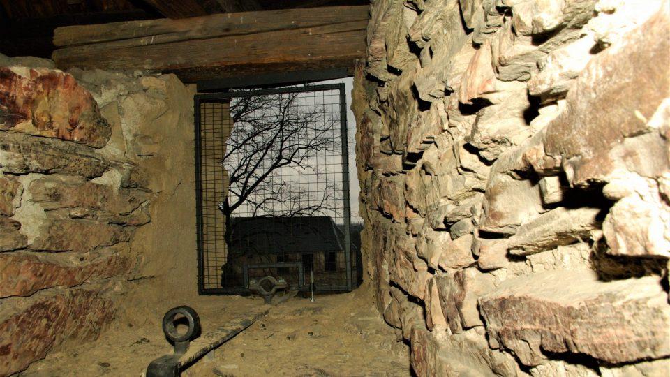 Průhled z půdy věže směrem ke špejcharu, který býval dělovou baštou