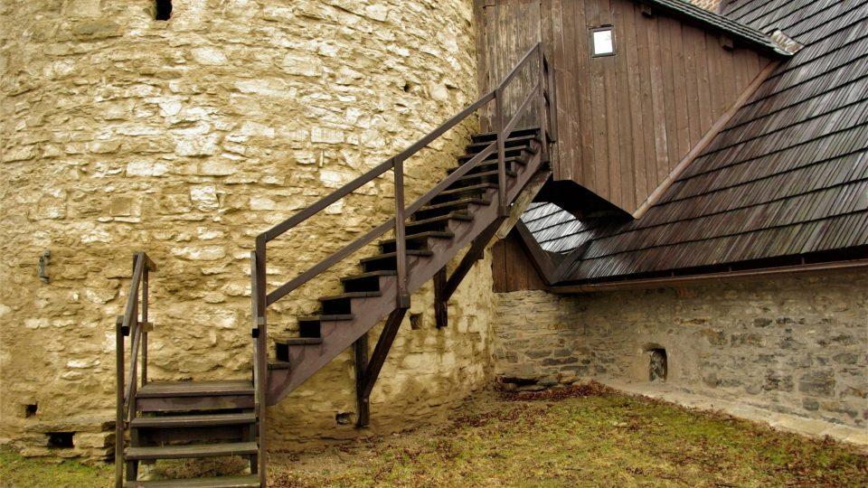 Schodiště z bočních dveří ze Zázvorky vede na zámecký val