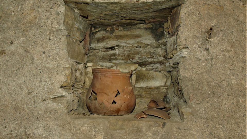 V někdejší hladomorně ve sklepení Zázvorky jsou vystavené předměty, které souvisejí s historií místa