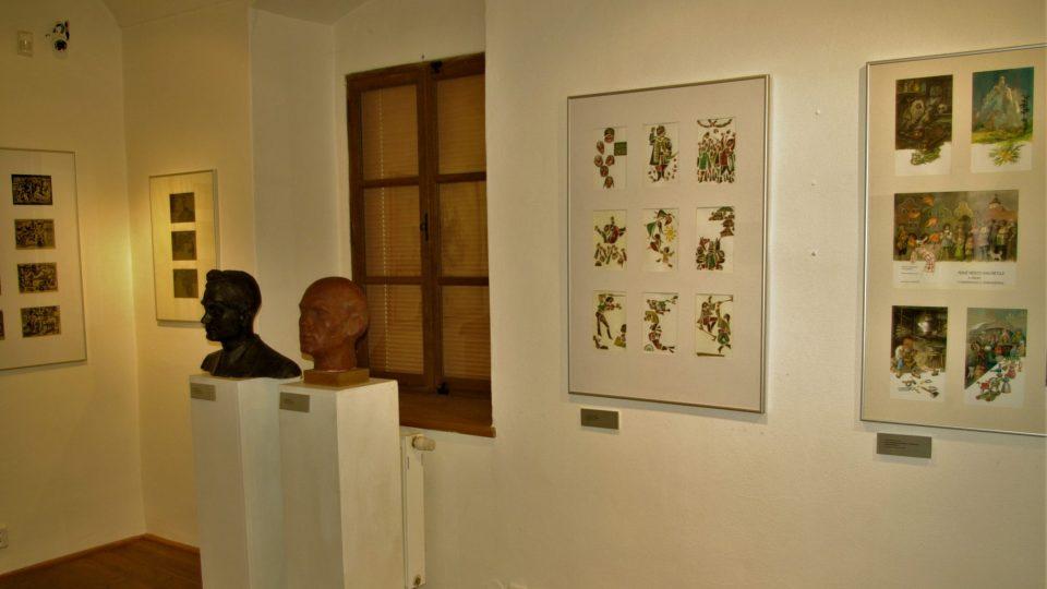 Výtvarná díla novoměstských rodáků v galerii v prvním patře Zázvorky