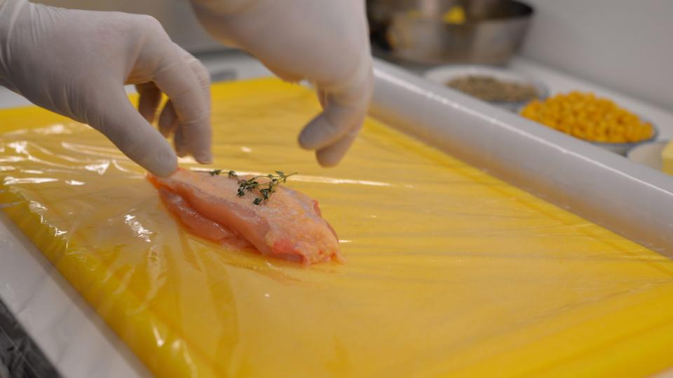 Připravíme si potravinářskou folii, na kterou položíme kuřecí prso. Lehce ho osolíme, opepříme, přidáme čerstvý tymián a kuře zabalíme do folie