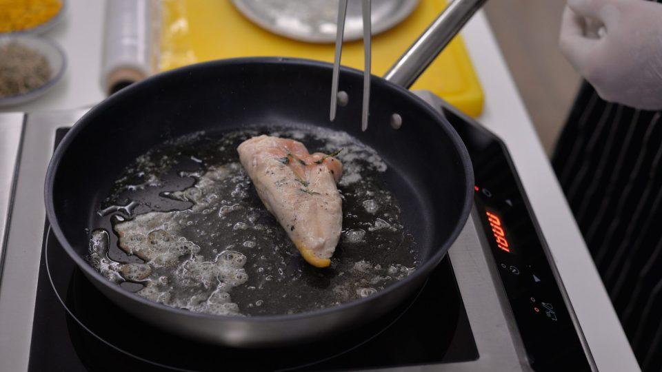Následně kuře vyndáme z trouby, na pánev vložíme máslo a z obou stran opečeme kuřecí prso cca 5 minut, aby kůžička byla upečená dozlatova