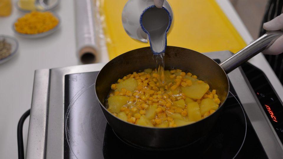 Oloupané brambory rozkrájíme na menší kousky, necháme povařit s kukuřicí (v poměru 2/3 kukuřice a 1/3 brambor) spolu se solí a pepřem