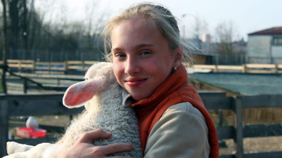 Dobrovolnice Klára má radost z jarních přírůstků v Pohádkové zahradě Pardubice