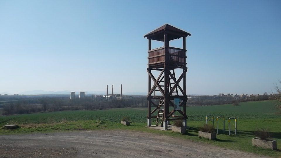 Dřevěná rozhledna s pozoruhodným výhledem do okolí je vysoká osm metrů