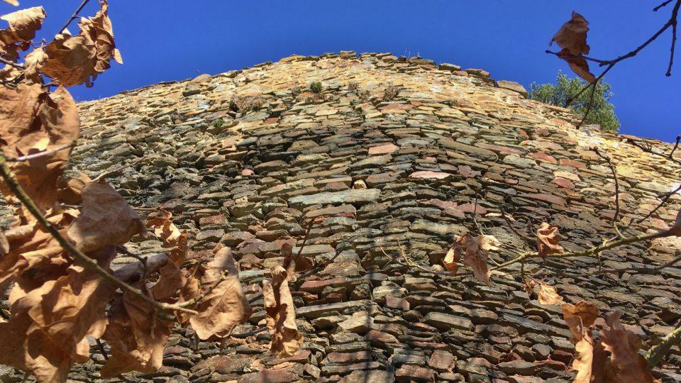 Hrad je postavený z okolních kamenů