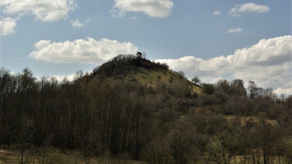 Jeden z nepřehlédnutelných symbolů cesty, čedičový vrch Zebín