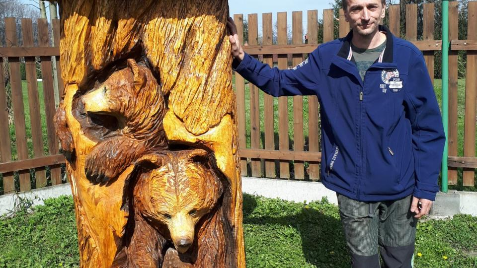 Řezbář Luděk Vančura u své nejnovější sochy