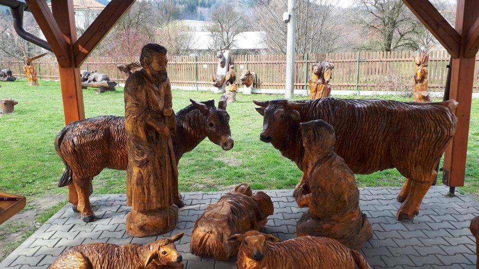 Trocha té vánoční atmosféry v Ráji dřevěných soch