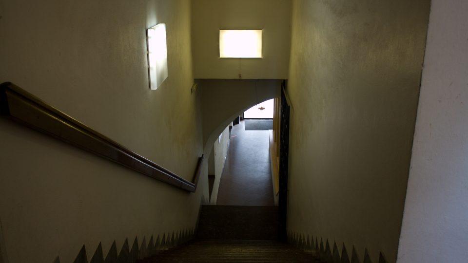 Do studia vede původní schodiště. Bát se ale nemusíte...