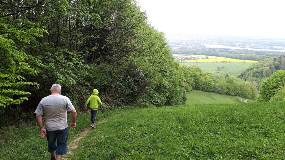 Dolů z kopce můžete jít pěšinkou na chlebovické sjezdovce