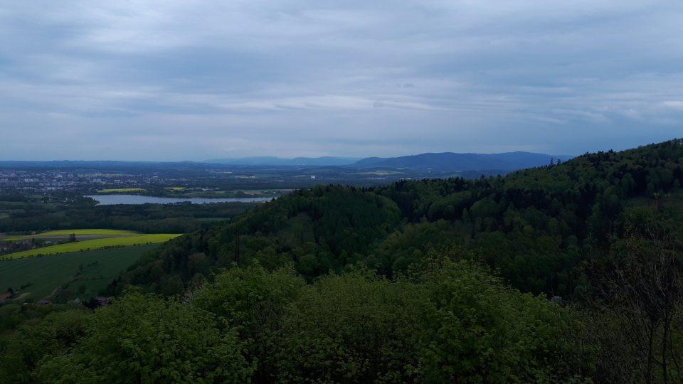 Pohled z rozhledny na přehradu Olešnou a Frýdek-Místek