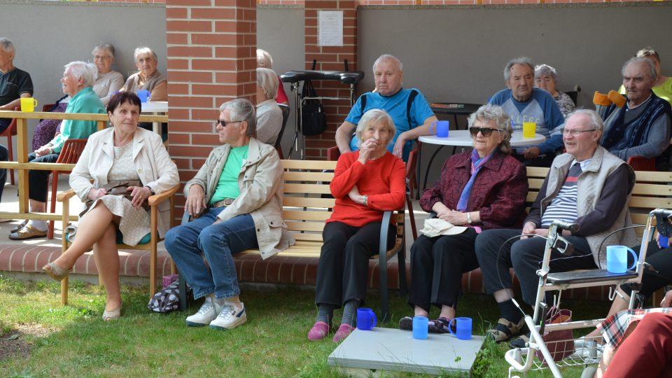 Senioři sledují program Odpoledne pro všechny generace
