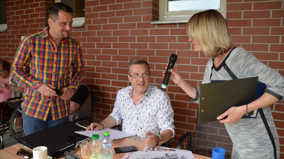 Veronika Albrechtová, Honza Macoun a karikaturista Milan Kounovský (uprostřed)