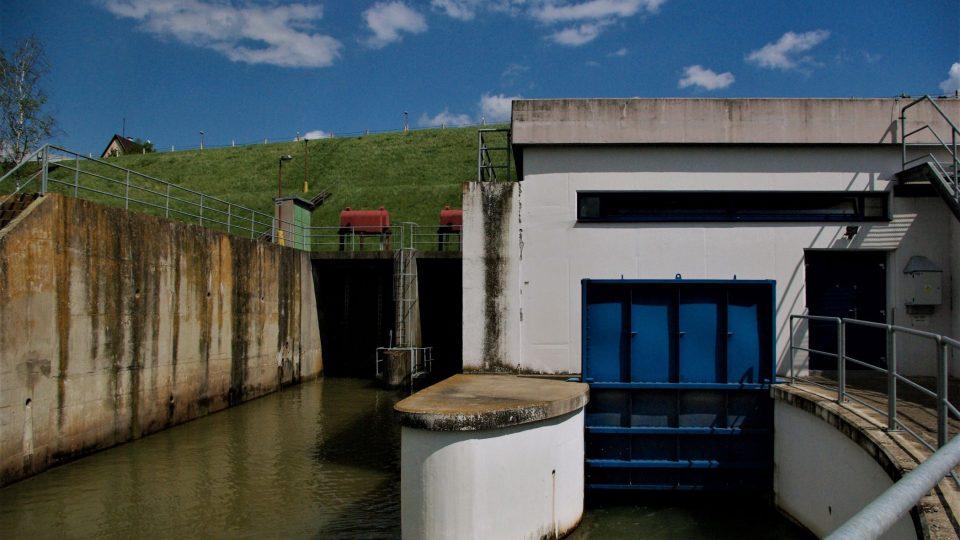 Elektrárna a vodní výpusti pod hrází  Rozkoše