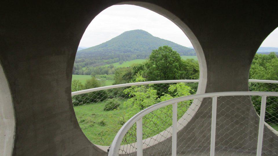 Po vystoupání pouhých 16 schodů se vám ovšem naskytne monumentální kruhový rozhled