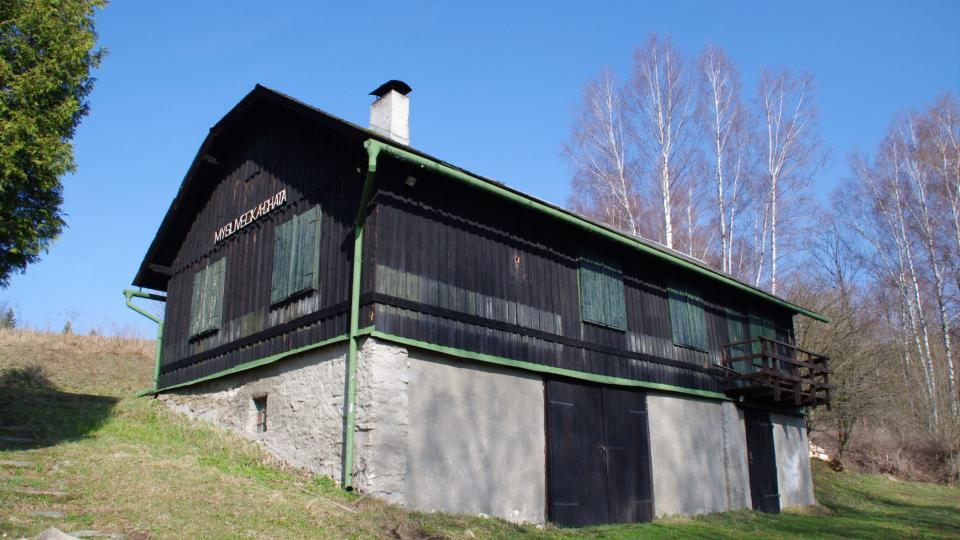 Kdysi to byla stodola, dnes je to jedno ze dvou stavení, které v obci částečně přežily