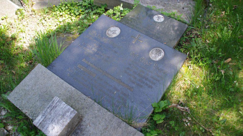 Pomník na hrobě padlých pratří Wágnerů na hřbitově ve Vojtíškově, z nichž jeden patřil k občanům Valbeřic