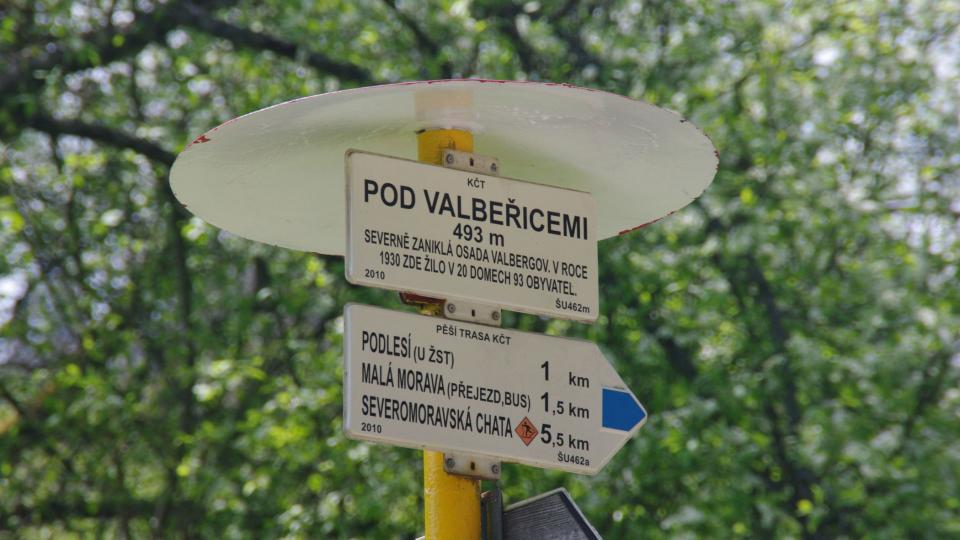 Přímo u hlavní silnice upozorňuje na Valbeřice turistický rozcestník