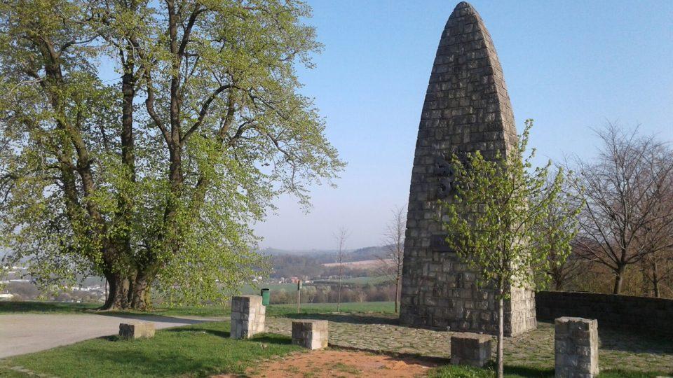 V roce 1948 na vrchu vyrostl monumentální, deset metrů vysoký památník obětem první a druhé světové války
