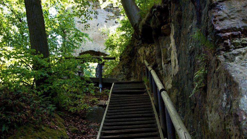 Současná cesta na hrad vede po dřevěných schodech ze severozápadní strany