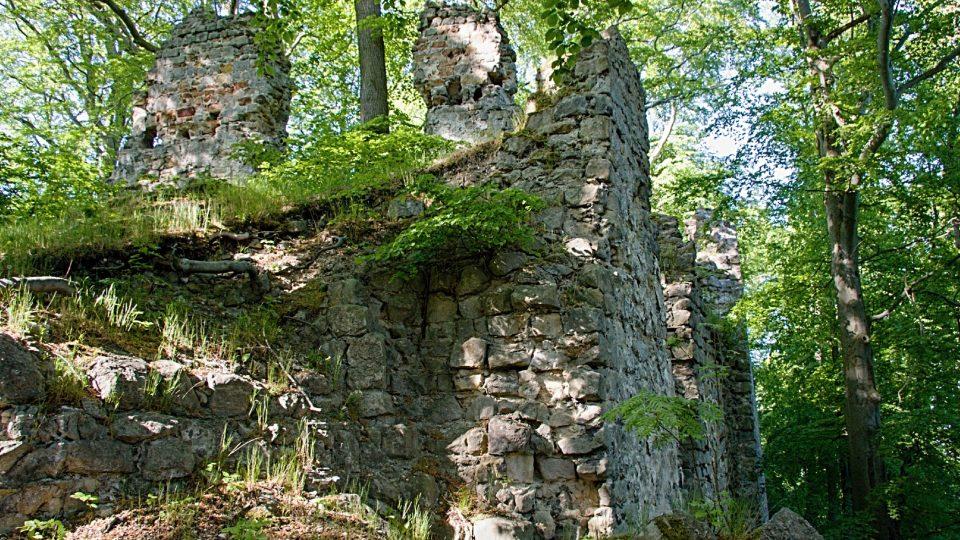 Větší části zdiva jsou patrné jen když návštěvník sestoupí z nádvoří