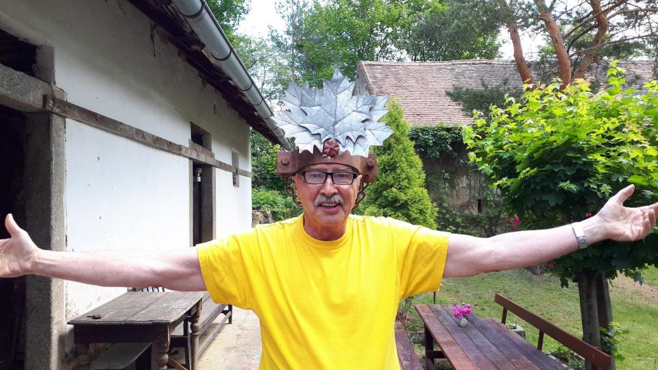 Jeden ze zakladatelů závodu Emil Šebelle zapózoval s původní korunou Železného muže. Trofej váží několik kilogramů