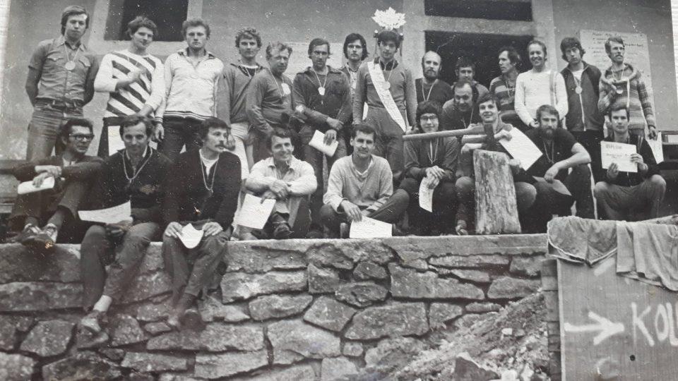 Železní muži v roce 1980. Dodnes je tento závod spíše mužskou záležitostí, ženy se na startu objevují jen výjimečně