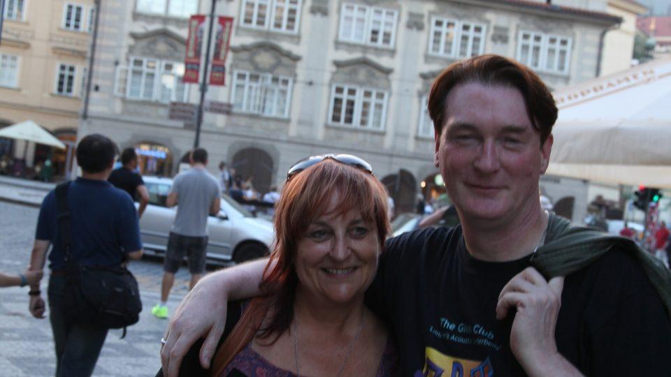 Jitka Štichauerová a J Eoin na Malostranském náměstí v Praze