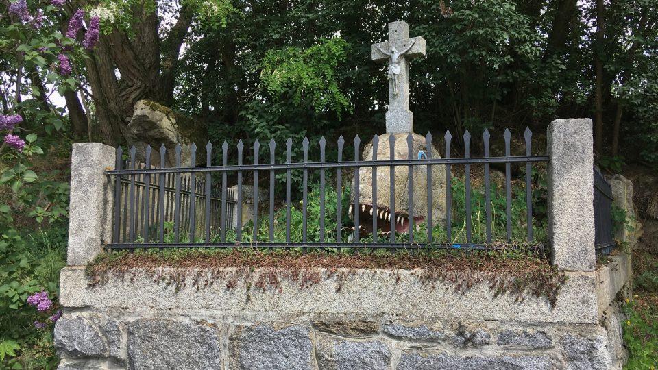 Drak, zídka i kříž jsou ze žuly