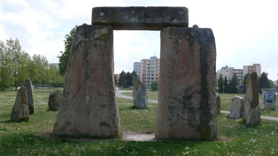 Stonehenge na stezce nesouvisí s J. K. Tylem, ale pokusy ing. Pavla Pavla