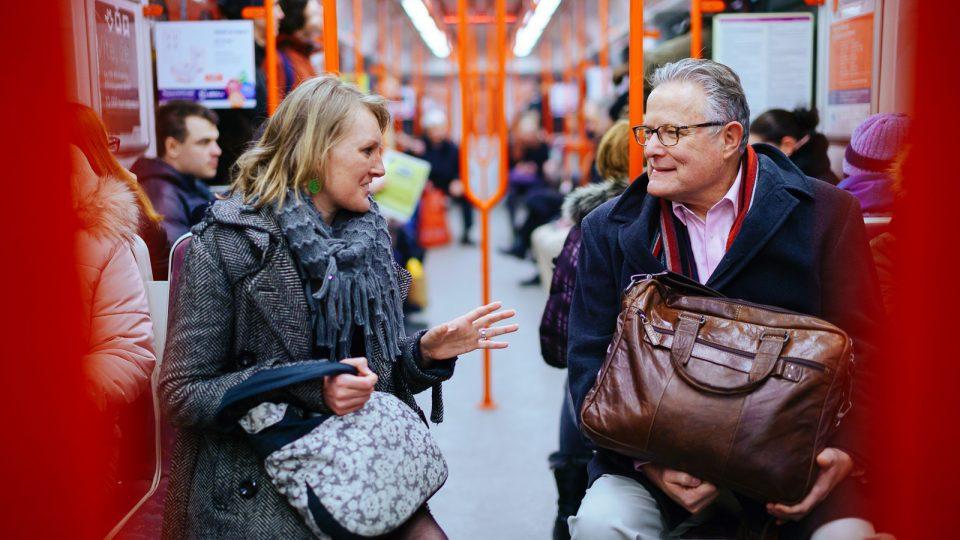 David Bordman a Lucie Černá z mezinárodní organizace Ashoka v pražském metru