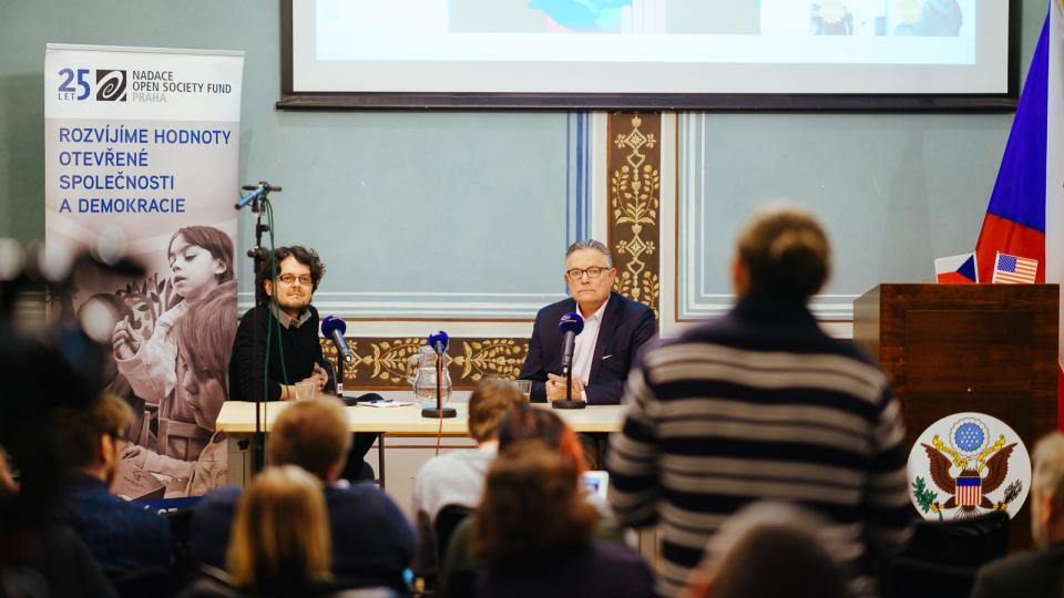 David Bordman a novinář Tomáš Lindner v Americkém centru v Praze