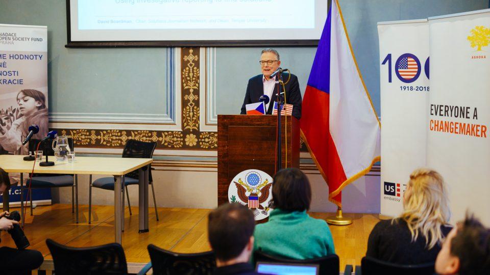 David Bordman přednáší v Americkém centru v Praze českým novinářům. The Seattle Times, největší noviny na severozápadním pobřeží USA, pod jeho vedením získaly čtyři Pulitzerovy ceny a deset nominací