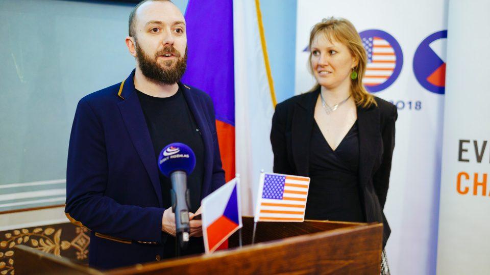 Michal Adamec z Open Society Found a Lucie Černá z mezinárodní organizace Ashoka uvádějí přednášku Davida Bordmana v Americkém centru v Praze