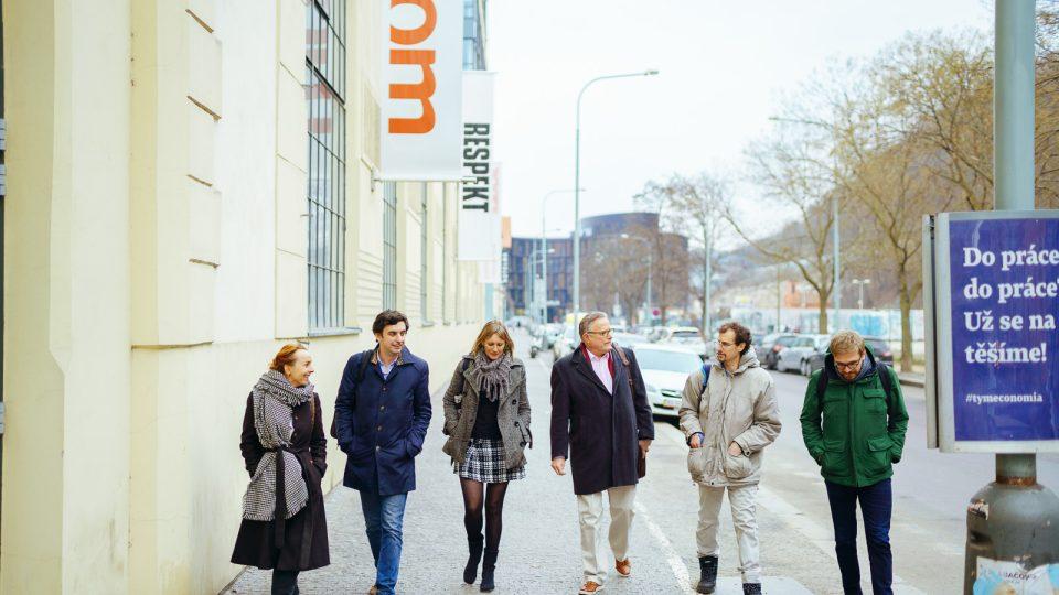 Skupina rumunských účastníků na setkání s Davidem Boardmanem v Praze, zleva Beatrice Weber, Ciprian Stanescu a Cristian Lupşa