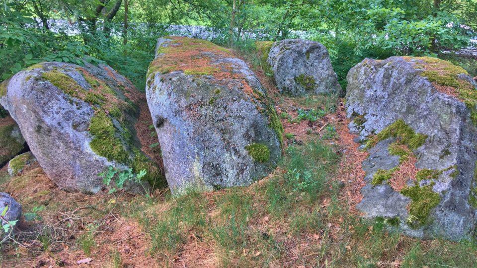Některé balvany vypadají jako náhrobní kameny