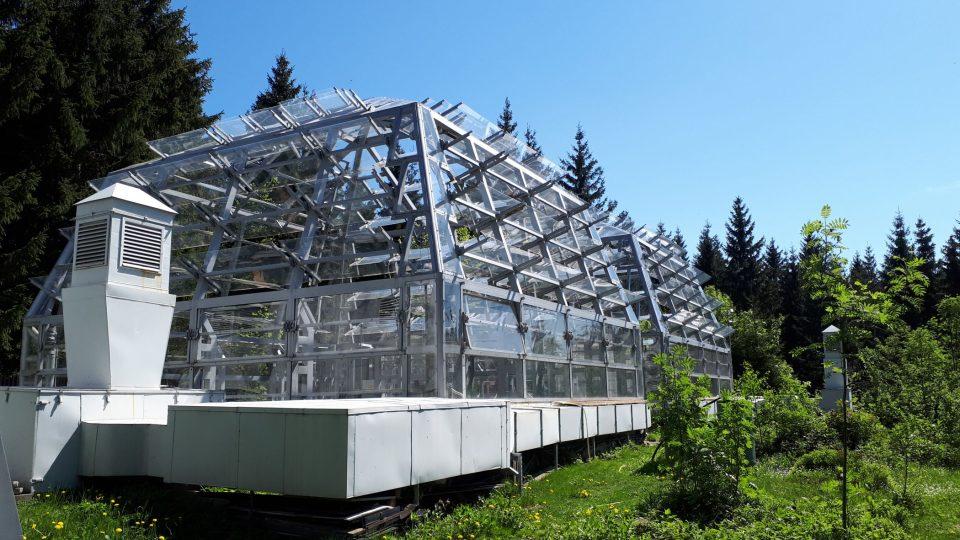 Dva experimentální skleníky s lesním porostem. V jednom z nich je normální vzduch, ve druhém obohacen o vyšší koncentraci CO2