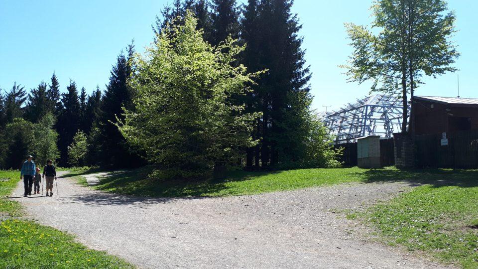 Experimantální ekologické pracoviště na Bílém kříži leží hned vedle frekventované turistické stezky