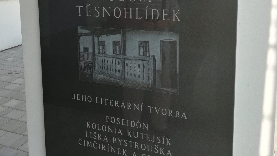 Pamětní deska na náměstí, v blízkosti obecního úřadu a knihovny