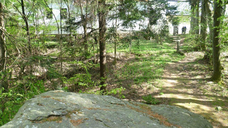 Pohled ze skalky směrem ke kostelu na vrcholu Křemešníku