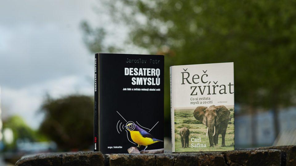 Knihy Desatero smyslů Jaroslava Petra a Řeč zvířat od Carla Safiny nás učí, jak je důležité navázat vztah se svým okolím i jiným smyslem než zrakem