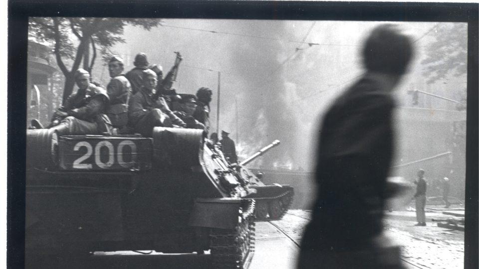 Stanislav Šťastný pojmenoval sérii fotografií U rozhlasu – srpen 1968